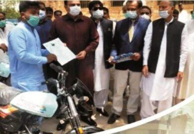محکمہ لائیوسٹاک کے ملازمین میں موٹرسائیکلز تقسیم کرنے کی تقریب